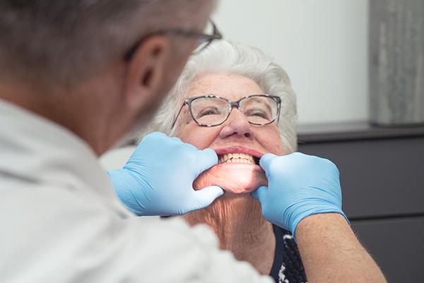 Van der Male Tandprothetiek - Het passen van de proef gebitsprothese